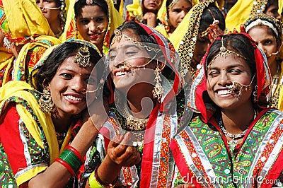 De de schoolmeisjes van Rajasthani treffen te dansen voorbereidingen prestaties Redactionele Foto