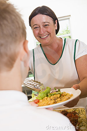 De dienende plaat van Lunchlady van lunch in een school