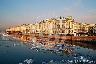 De Dijk van het paleis bij zonsondergang. Heilige-Petersburg