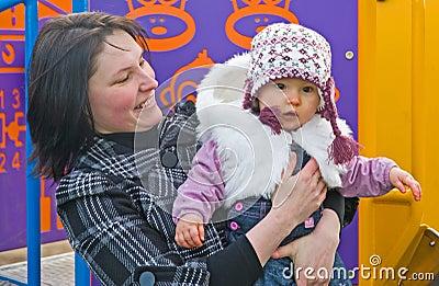 De dochter van de moeder en van de baby in het park.