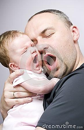 De dochtergeeuw van de vader en van de baby