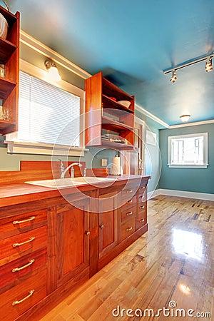 Blauwe keuken met kersenkabinetten en glanzende vloer. royalty ...