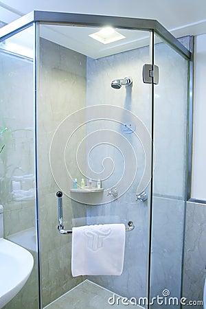 De douche van de badkamers