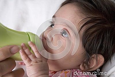 De dranken van de baby van baby-fles