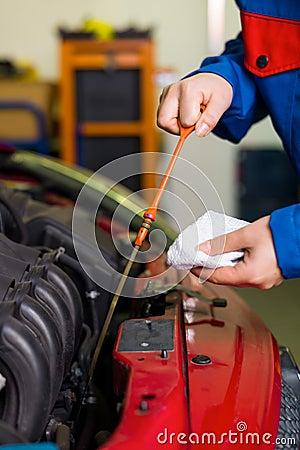 De druk van de olie wordt gemeten in de auto
