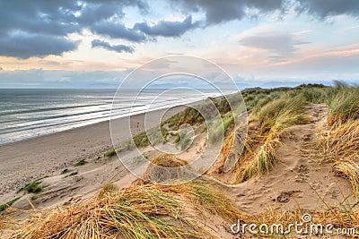 De duinen van Rossbeigh bij zonsondergang