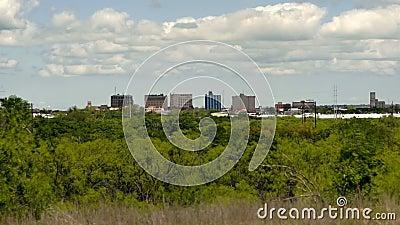 De dunne Stadshorizon Van de binnenstad Wichita valt Texas Clouds Passing stock footage