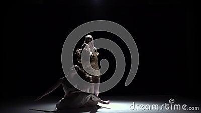 De eigentijdse dansprestaties van vijf meisjes in wit kleden, op zwarte, schaduw, langzame motie stock videobeelden