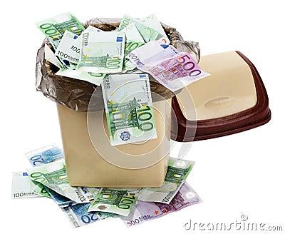 De euro van het geld in bak. De instorting van de munt.