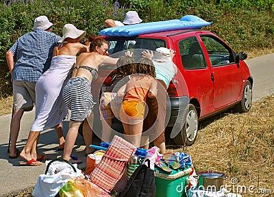 De familie duwt de auto