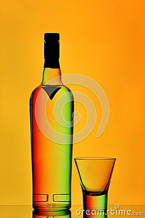 De fles van de wodka en ontsproten glas