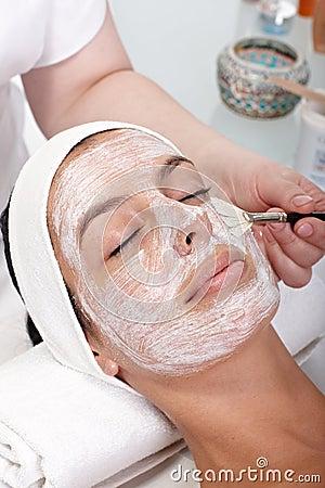 De foto van de close-up van gezichtsschoonheidsbehandeling