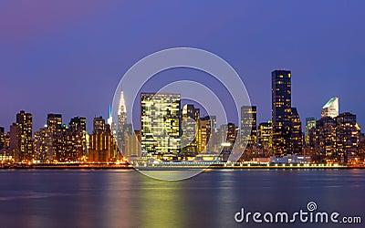 De gebouwen van Manhattan voor de rivier van het oosten