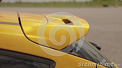 De geeloranje auto van spoilersporten in het parkeerterrein, laag-profielbanden belemmeringsraceauto, afdrijvende auto stock video