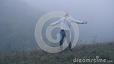 De gefrustreerde gedeprimeerde mens in depressie gilt met woede die zich alleen in de mist, langzame mo bevinden stock video