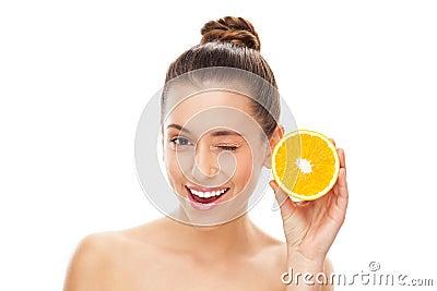 De gehalveerde sinaasappel van de vrouw holding