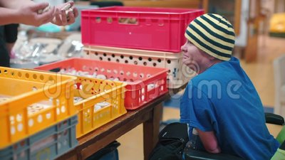 De gehandicapte manager controleert het werk bij de fabriek stock video