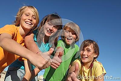 De gelukkige kinderen bij de zomer kamperen omhoog duimen