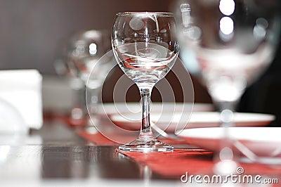 De glazen van de wijn op de sh lijst -