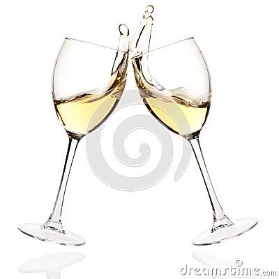 De glazen van het gerinkel met witte wijn