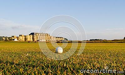 De golfbal ligt in fairway.