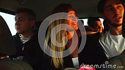 De grappige vrienden die op weg spreken halen drijf grote auto aan vakantie over cyprus stock video