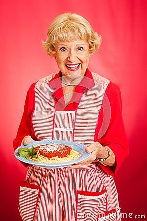 De grootmoeder kookt Italiaanse Spaghetti