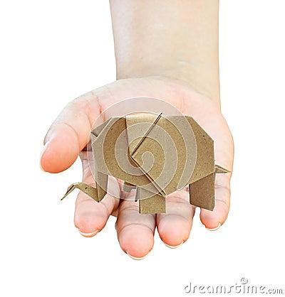 De hand heelt een kringloopdocument van origamiolifanten