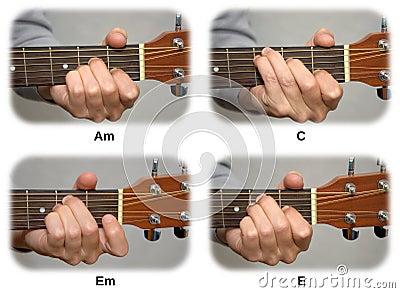 De hand van de gitarist het spelen gitaarsnaren: Am, C, Em, E