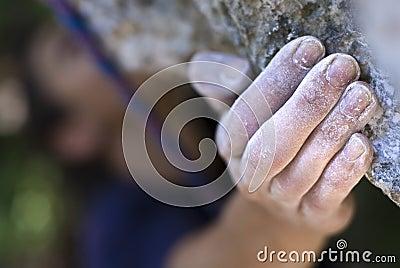De hand van de klimmer