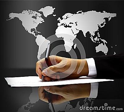 De hand van de zakenman met pen