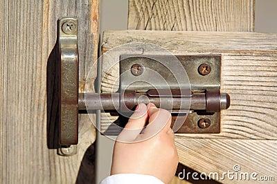 De hand van een baby opent een deur