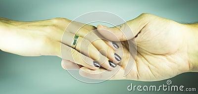 De hand van vrouwen en man