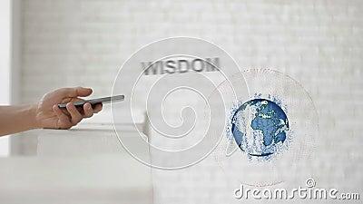 De handen lanceren de van de Aarde` s hologram en Wijsheid tekst stock videobeelden