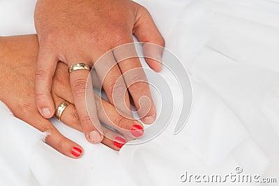 De handen van de bruid en van de bruidegom