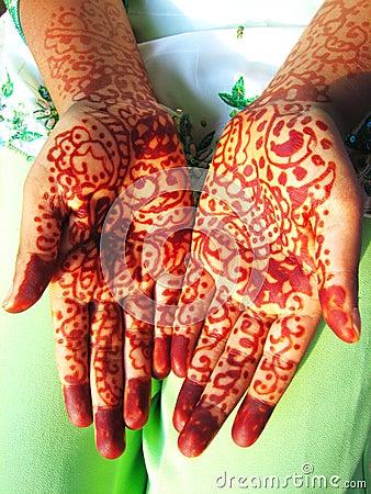 De handen van de henna