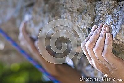 De handen van de klimmer