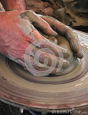 De handen van de pottenbakker