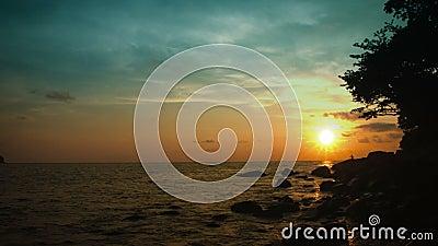 De hemel over de tropische oceaan vóór zonsondergang Mooi Thais landschap stock videobeelden