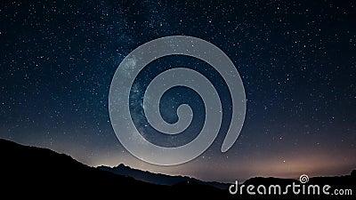 De hemel van de Timelapsenacht speelt melkachtige manier op bergenachtergrond mee 4K stock video