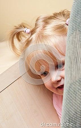 De het spelhuid van de baby - en - zoekt