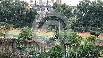 De hevige tropische regen verandert soms in hagel in de grote stad van het Middellandse Zeegebied stock video
