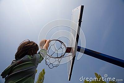 De hoepel en de jongensscore van het basketbal