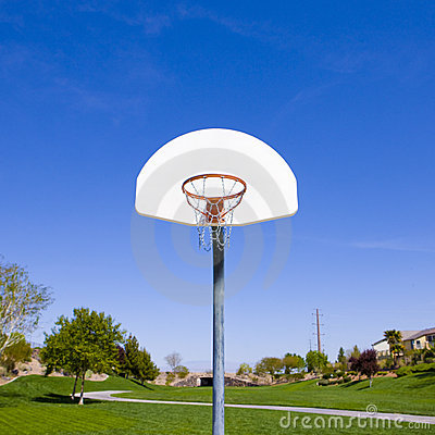 De hoepel van het basketbal in park