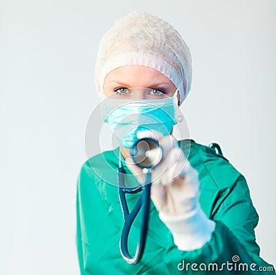 De holding van de chirurg stethescope naar buiten