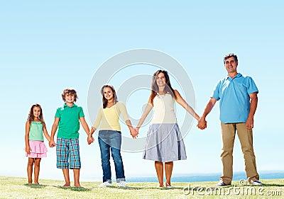 De holdingshanden van de familie en status in rij