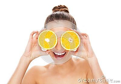 De holdingssinaasappelen van de vrouw over ogen