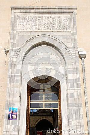 De hoofddeur van de moskee