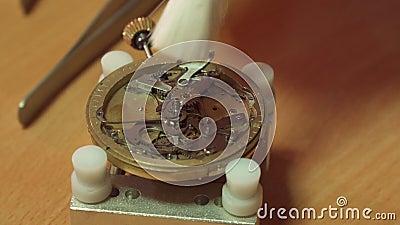De horlogemaker zet tandrad in het repeatermechanisme stock videobeelden