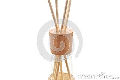 De houten die aroma spa stokken in fles, op wit wordt geïsoleerd, sluiten omhoog